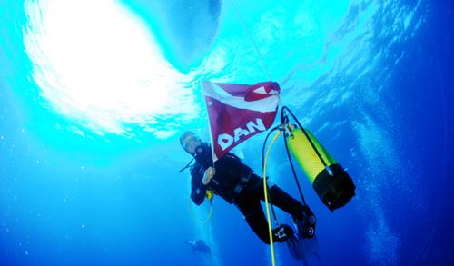 Plongeur arborant le drapeau de DAN