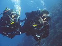 Couple de plongeurs en plongée profonde certifiés DEEP DIVING SSI