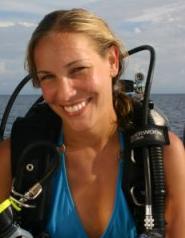 Plongeuse heureuse qui a bien comparé les systèmes de formation plongée