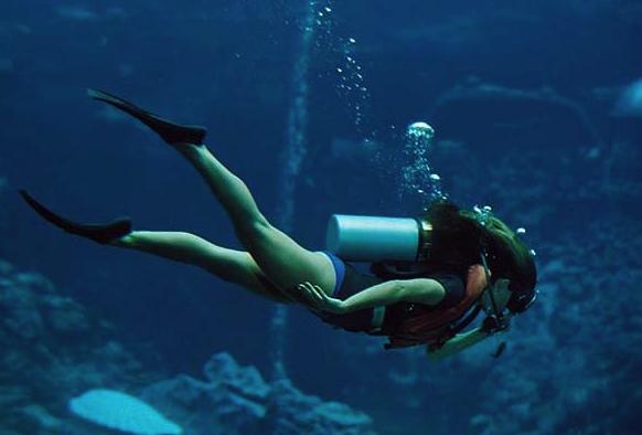 La grâce d'une plongeuse après une bonne formation à la plongée