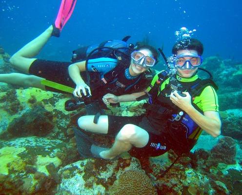 Homme et cours de plongée à NEMO33